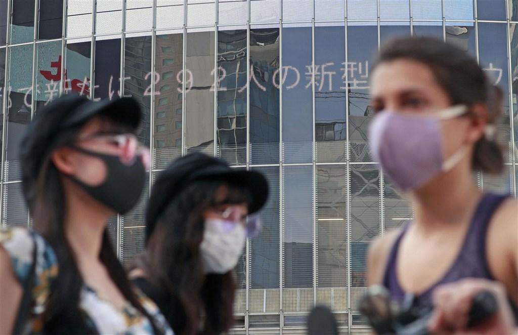 日本東京7日新增462例武漢肺炎確診,連續11天超過200例。圖為涉谷大樓看板刊載武漢肺炎疫情。(共同社)