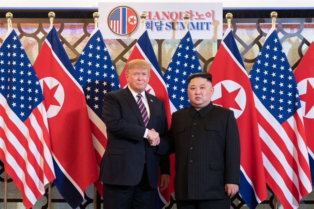 美國與北韓是否重啟對話受各界矚目,美國總統川普(左)說,若他在2020年底總統大選連任,將盡快就非核化議題安排與北韓協商。圖為2019年2月在越南河內舉行的川金會,右為北韓領導人金正恩。(圖取自facebook.com/WhiteHouse)