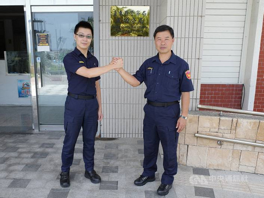 台東縣警察局成功分局有2對父子檔警察,2個兒子8日分別對警察父親說「爸爸辛苦了,父親節快樂」。圖為成功警分局第2組巡佐許光勝(右)和第3組巡官許岳庭(左)父子。(成功警分局提供)中央社記者盧太城台東傳真 109年8月8日