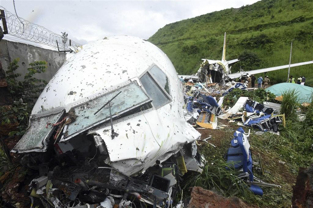 印度一班疫情撤僑專機7日晚間在風雨中降落印度高海拔卡利克特機場衝出跑道摔落山谷,導致機上至少18人死亡。(美聯社)
