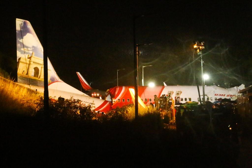一架印度快運航空載運190名乘客和機組人員的防疫撤僑專機,由杜拜起飛,7日晚間降落卡利克特機場時衝出跑道並斷成兩截。(法新社)