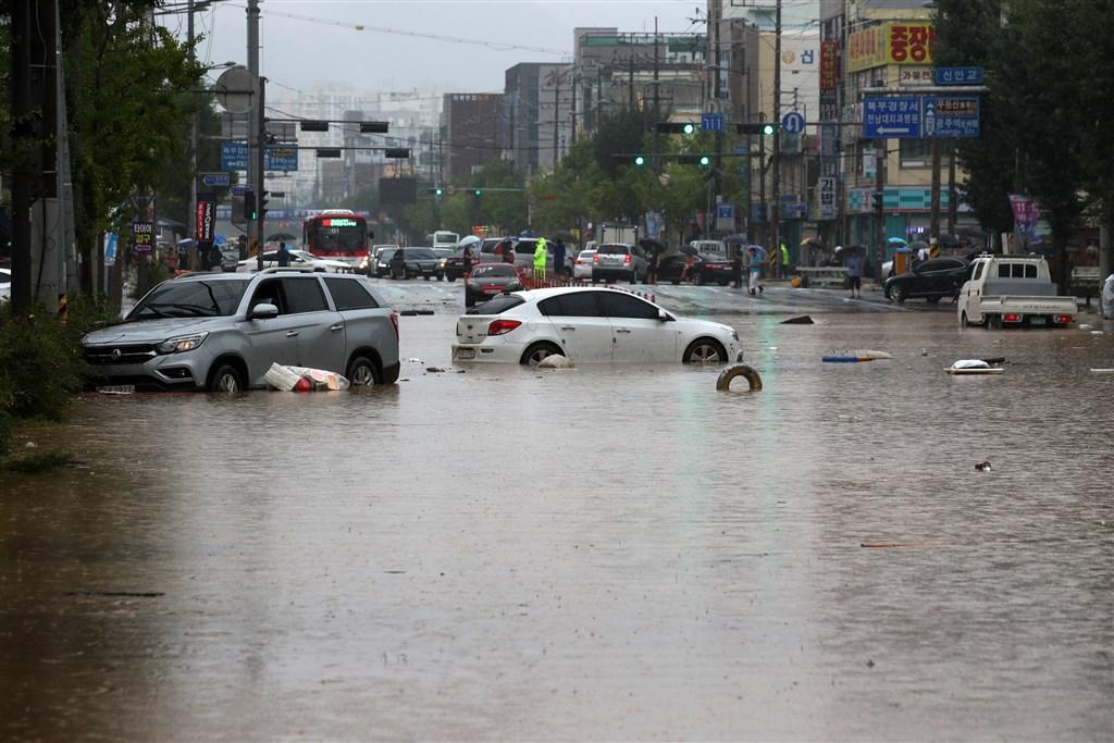 韓國連日暴雨造成淹水、土石流等災情,至今已有21人不幸喪生、11人失蹤,受災人數逾3000人。圖為韓國光州道路淹水。(韓聯社)