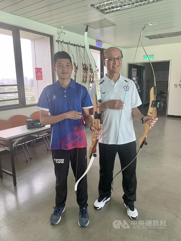 動滋券啟用,台灣男子射箭奧運培訓隊員湯智鈞(左)8日在運動中心「客串」教練,指導教育部次長兼體育署代理署長林騰蛟(右)射箭基本技巧與觀念。中央社記者龍柏安攝 109年8月8日