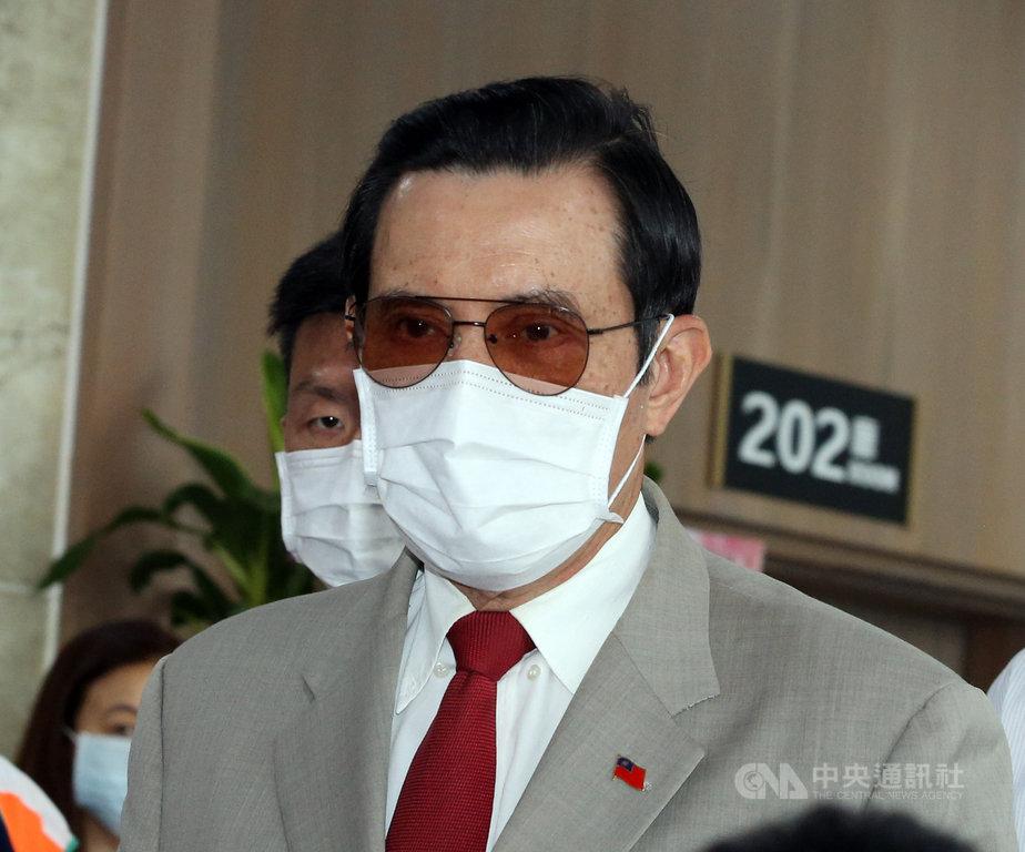 前總統馬英九(前)8日出席肝病防治學術基金會26週年慶前表示,大陸學生不能來台灣,其實是台灣的損失,因為兩岸年輕人的交流,對兩岸長期和平發展是有利的。中央社記者郭日曉攝 109年8月8日