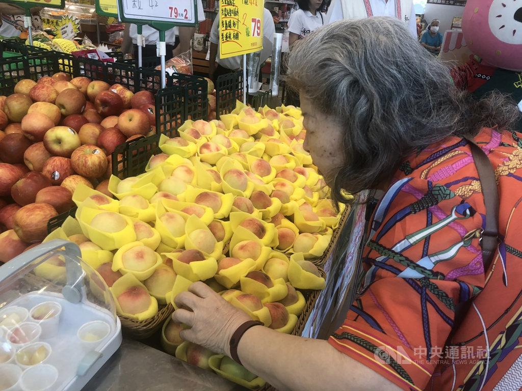 現在正是梨山水蜜桃熟成季節,台中市和平代理區長古志偉到超市舉辦快閃活動,希望讓更多民眾不用遠征梨山,也可品嚐到梨山水蜜桃好滋味。圖為民眾仔細挑選香甜可口的水蜜桃。中央社記者趙麗妍攝 109年8月9日