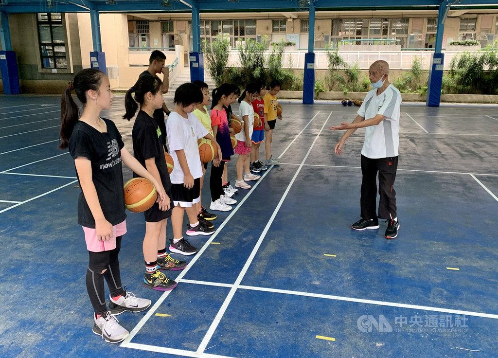 國寶級籃球教練羅毓彪(右)執教生涯超過一甲子,學生裡有男生也有女生,已高齡94歲的他,目前在永和國小擔任女子隊教練。中央社記者龍柏安攝 109年8月9日