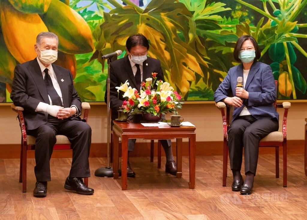 總統蔡英文(右)9日下午在總統府接見「日本弔唁故李前總統訪台團」,會中感謝日本前首相森喜朗(左)率團來台弔唁前總統李登輝。中央社記者謝佳璋攝 109年8月9日