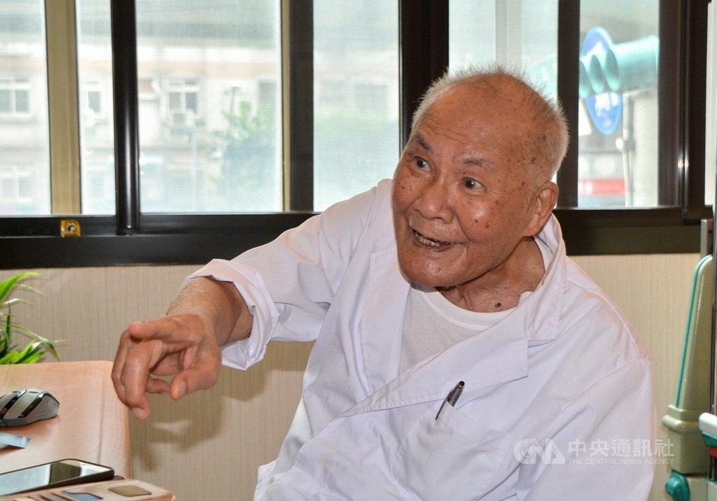 行醫76年的102歲人瑞醫師陳奎村(田中旨夫)仍在診所守護著民眾健康。他微笑說,長壽秘訣是永保身心愉快,不要有煩惱。中央社記者黃旭昇新北攝 109年8月9日