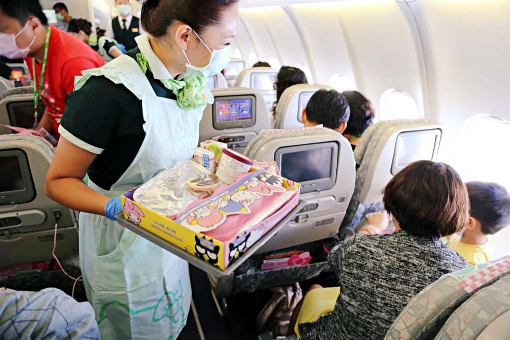 有媒體8日搭乘長榮「類出國」航班後去就診,健保卡卻顯示有出國紀錄而被退掛。(圖取自facebook.com/evaairwayscorp.tw)