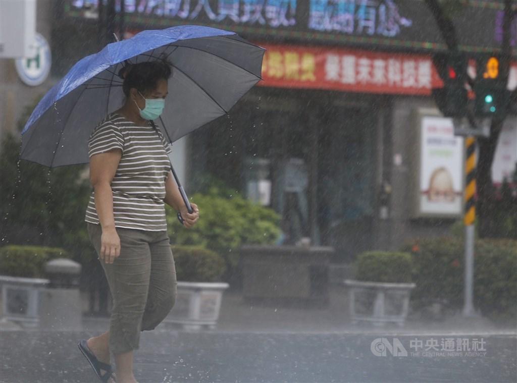 中央氣象局表示,10日隨著南方低壓帶北上影響,天氣轉不穩定,南部及東南部地區容易有陣雨或雷雨,降雨時間較長。(中央社檔案照片)