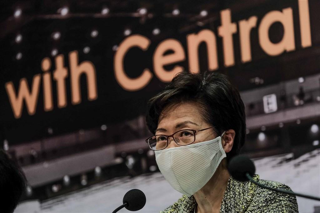 名列美國政府制裁名單的香港行政長官林鄭月娥,8日在臉書貼文說,她的訪美簽證還有效,「既然本人並不嚮往到這個國家,看來也可主動註銷了」。(中新社)