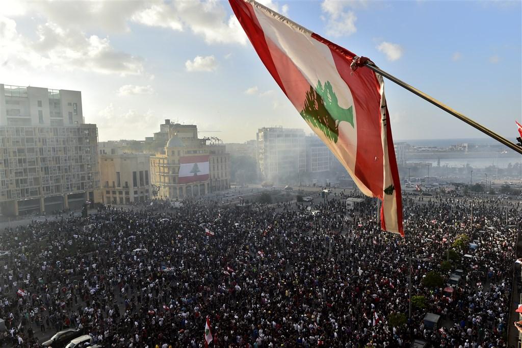 貝魯特4日發生致命大爆炸,部分憤怒抗議群眾8日闖入位於貝魯特的黎巴嫩外交部,宣告那裡是「革命總部」。(安納杜魯新聞社)