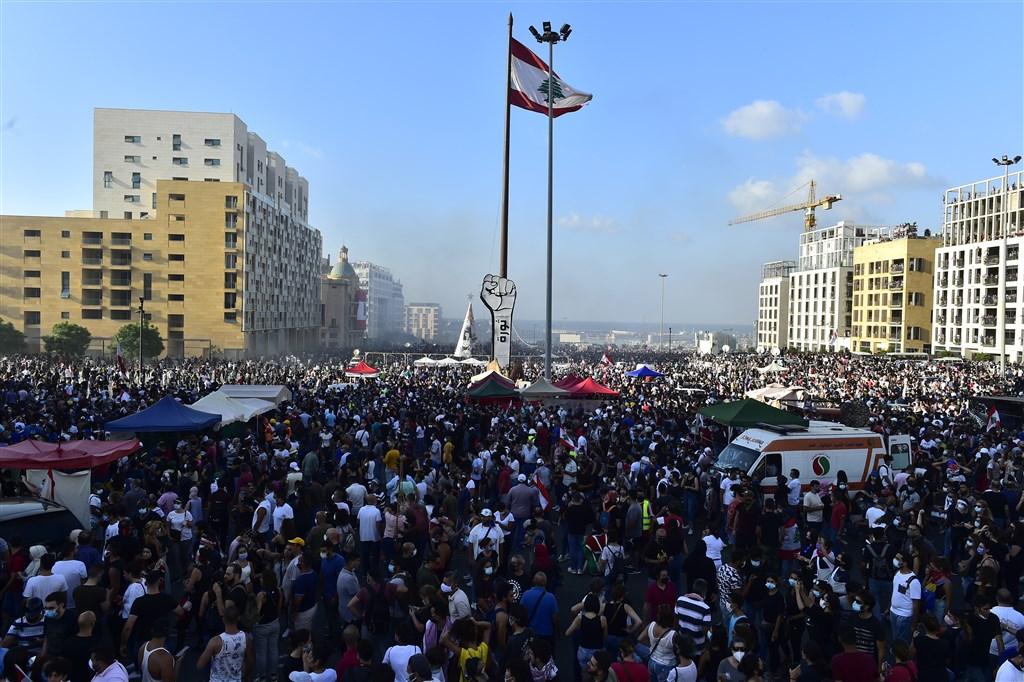 貝魯特4日發生致命大爆炸,8日數千名抗議群集結在市中心,表達對政治人物的憤怒不滿。(安納杜魯新聞社)