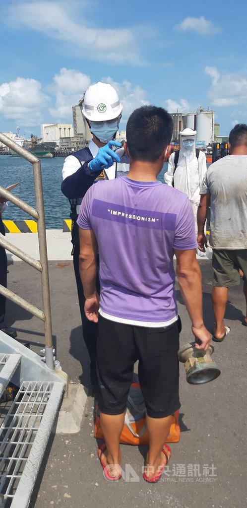 台中海巡隊9日在苗栗白沙屯外海32浬,發現一艘未作業越界陸籍油船,查獲邱姓船長等6人,初步體溫量測正常。(台中海巡隊提供)中央社記者趙麗妍傳真 109年8月9日