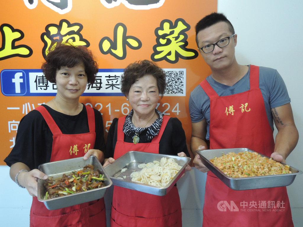 在台中市傳統市場經營上海小吃的傅雲鳳(中),道地眷村口味受到台中市民歡迎,已到退休年齡的她,很開心兒女願意接手,傳承自己的手藝。中央社記者郝雪卿攝 109年8月10日
