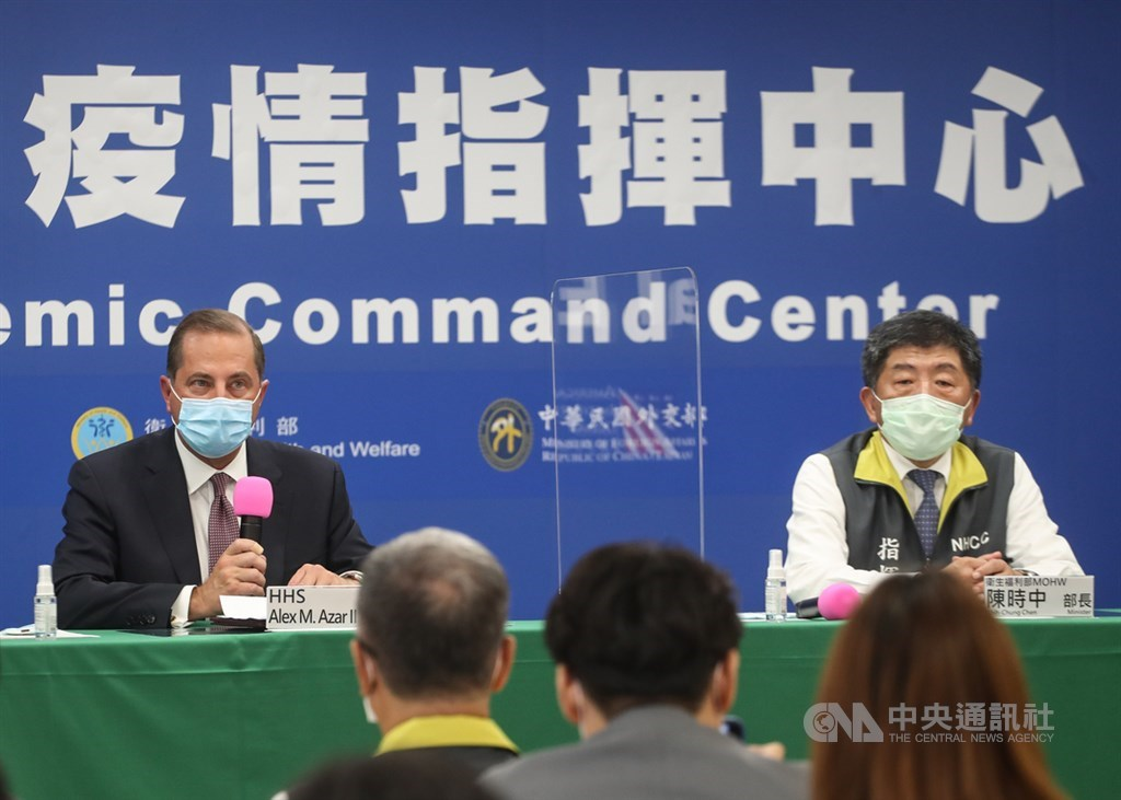 美國衛生部長艾薩(Alex Azar)(左)表示,未來退出WHO後將尋求其他合適方法,延續在公衛上的努力,也會和台灣討論參與意願。右為衛生福利部長陳時中。中央社記者裴禛攝 109年8月10日