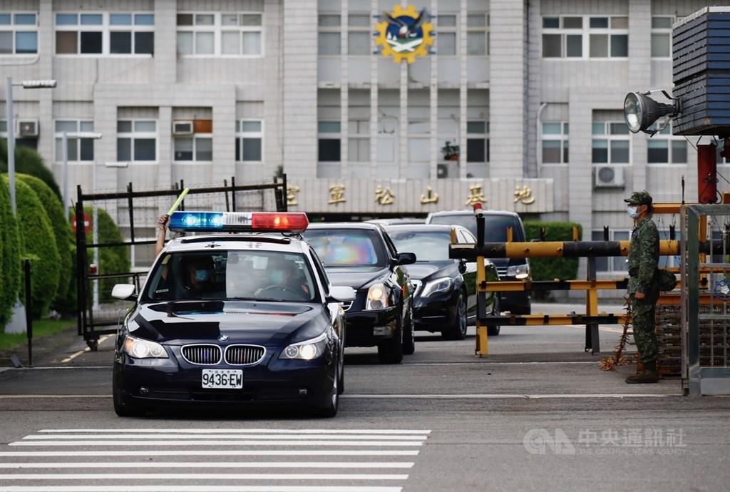 美國衛生部長艾薩(Alex Azar)率訪問團9日下午搭乘專機抵達台北松山機場,座車在警車及維安人員護送下離開。中央社實習記者曾守一攝 109年8月9日