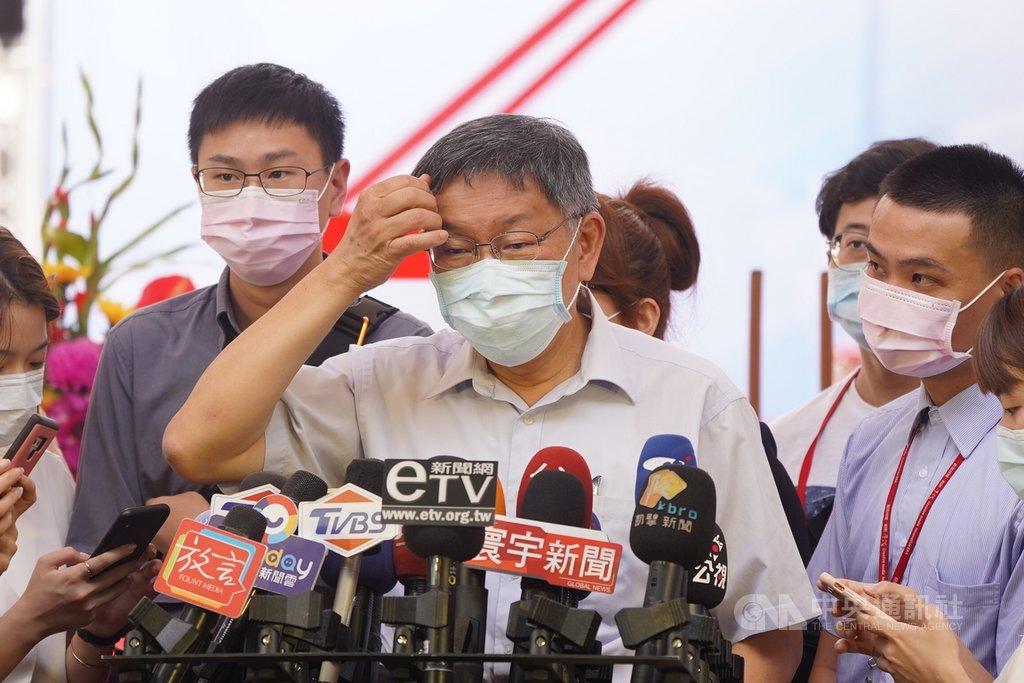 台北市建管處已同意大巨蛋案復工,台北市議員將控告柯市府圖利遠雄。對此,台北市長柯文哲(前)10日上午接受媒體聯訪時表示「要告就去告」,大巨蛋就是個要解決的問題,「至少表示我們還有勇氣去處理問題」,反對者要提出對策。中央社記者徐肇昌攝  109年8月10日