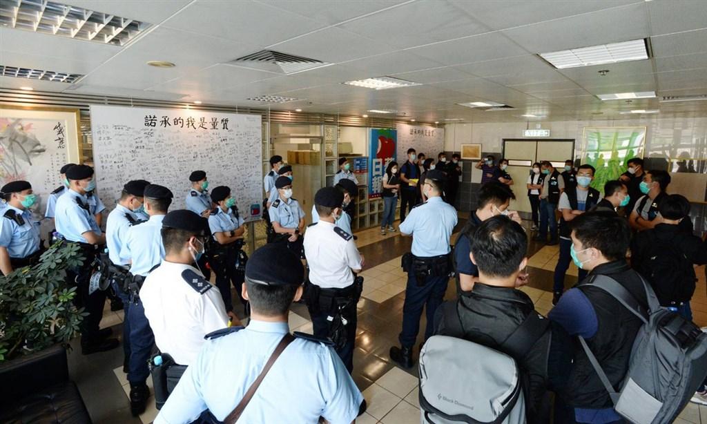 大批警員在蘋果日報大樓內進行搜查。(讀者提供)中央社記者張謙香港傳真 109年8月10日
