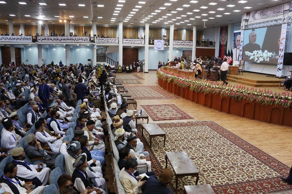 阿富汗政府接納長老大會「國民會議」(圖)建議,9日同意釋放400名塔利班頑強成員,為和平談判鋪路。(圖取自twitter.com/SapedarPalace)