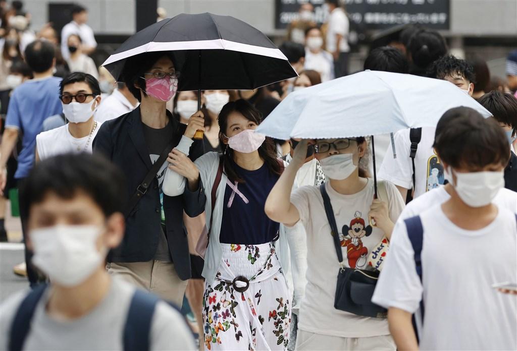 日本東京都10日新增197例武漢肺炎確診,時隔2週單日新增病例少於200例。圖為東京涉谷民眾戴口罩上街。(共同社)