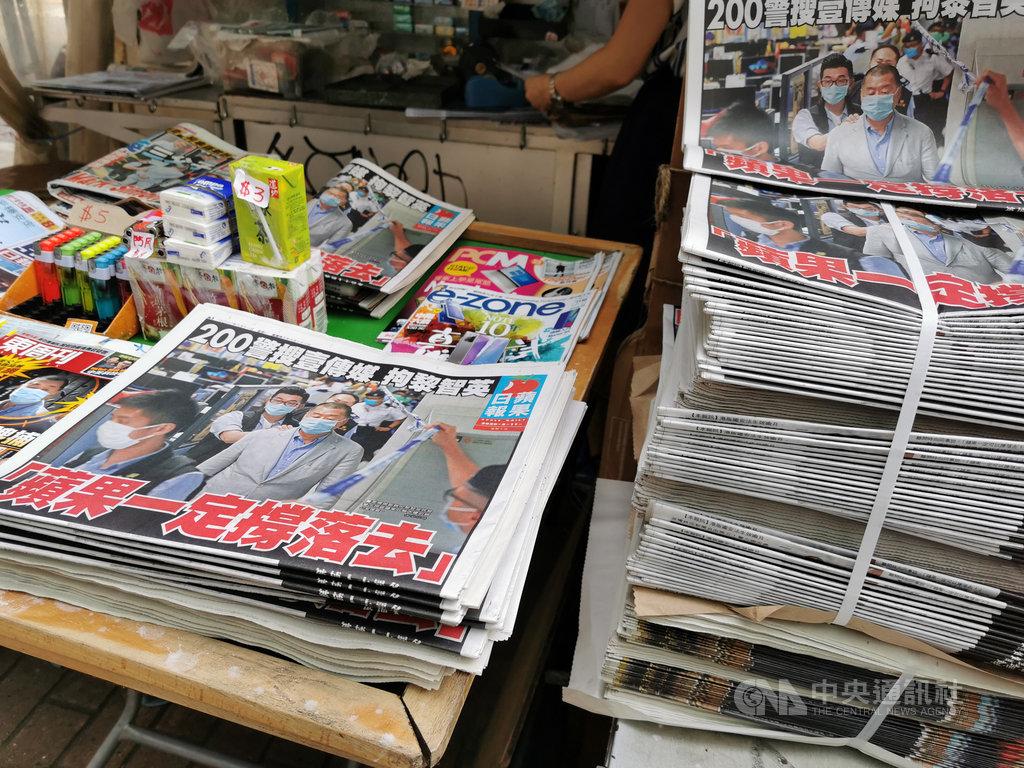 香港蘋果日報11日如常發行,頭版報導了老闆黎智英被捕的消息,標題是「蘋果一定撐落(下)去」。中央社記者張謙香港攝 109年8月11日