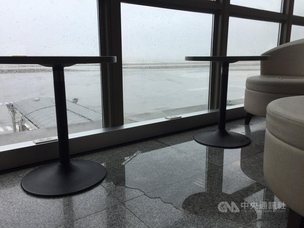 颱風米克拉11日直撲金門,對金門造成零星災損。金門對外交通中午以前暫停,尚義機場大廳觀景區雨水沿著玻璃窗滲入,形成「外面下大雨,內部下小雨」情景。中央社記者黃慧敏攝 109年8月11日