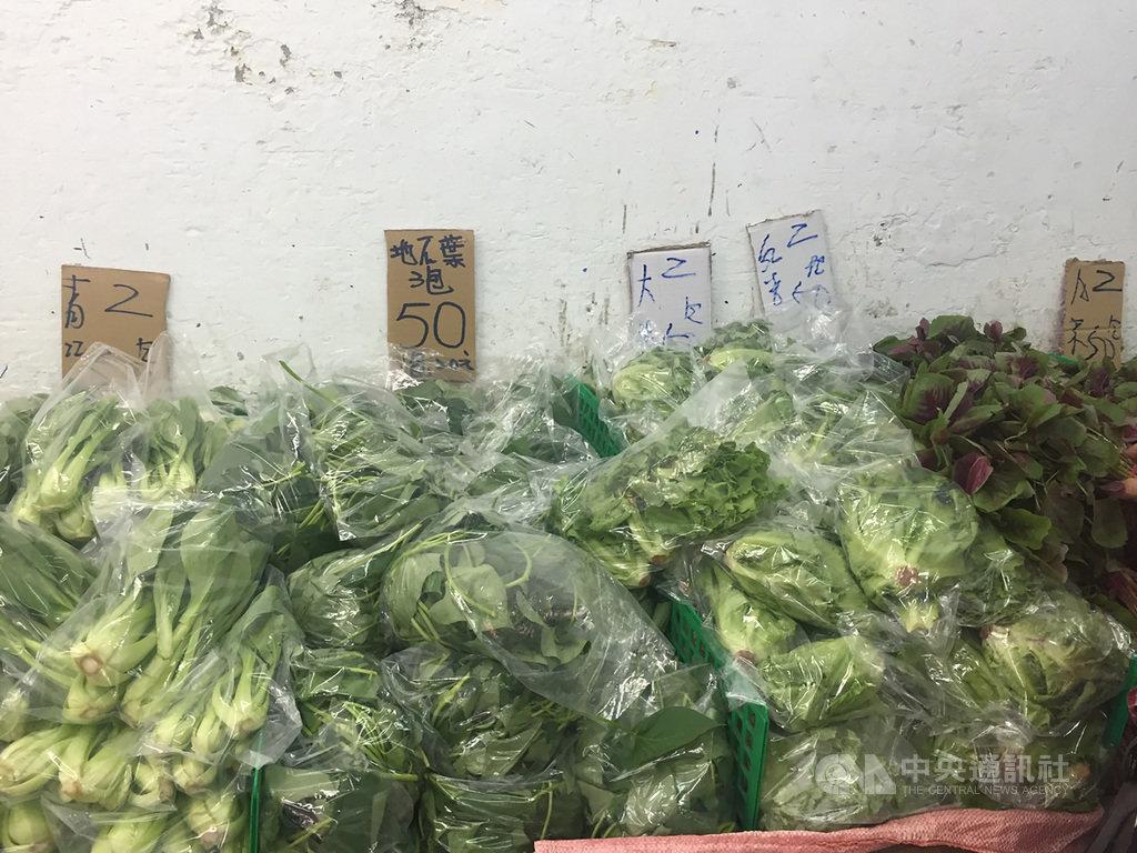 颱風米克拉暴風圈從台灣擦邊而過,雖未登陸本島,農委會11日官網仍顯示葉菜類在台北果菜批發市場交易均價比1日漲了4成,不過目前菜市場仍有促銷可買。中央社記者楊淑閔攝 109年8月11日