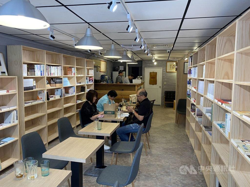 獨立書店「有河書店」9日開始試營運,店主詹正德坦言,從找到新店面到重啟「有河」,大概花了約2個月的時間。中央社 109年8月11日