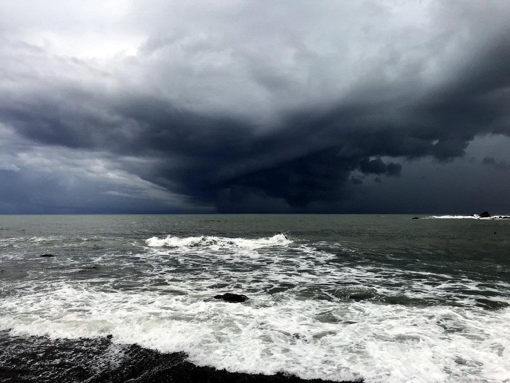 颱風米克拉雖未直撲台灣,但在台灣東邊海域天氣瞬息萬變,11日下午2時過後,東海岸民眾幾乎都可看到東邊太平洋海面上出現一個陀螺型的厚重烏雲,雲下出現巨大雨瀑,奇景引起民眾議論,更有人驚嘆彷彿就像電影場景。(民眾提供)中央社記者盧太城台東傳真 109年8月11日