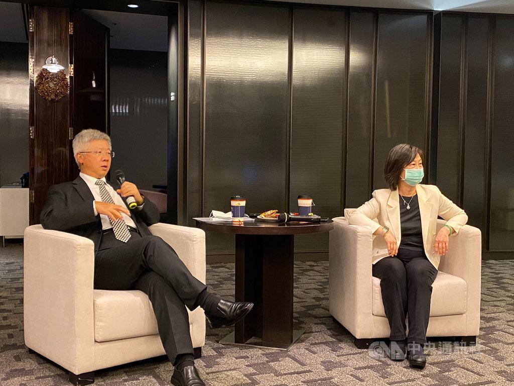 台新金控總經理林維俊(左)11日宣布,將以新台幣55億元取得保德信人壽100%股權,且為達到長期經營目標,願意考慮處分部分彰銀持股。中央社記者劉姵呈攝 109年8月11日