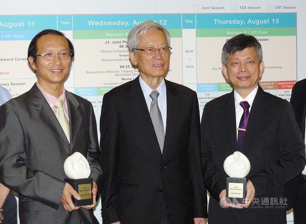 晶心科總經理林志明(左)與中華精測總經理黃水可(右)11日獲頒潘文淵文教基金會ERSO Award,表彰半導體業界傑出貢獻者。中央社記者張建中攝 109年8月11日