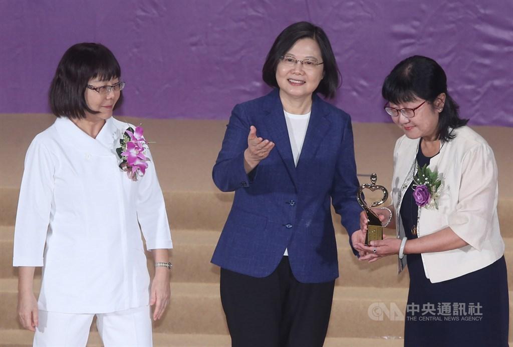 總統蔡英文(中)11日在台北國際會議中心,出席109年國際護師節聯合慶祝大會,頒獎表揚傑出護理人員。中央社記者鄭傑文攝 109年8月11日