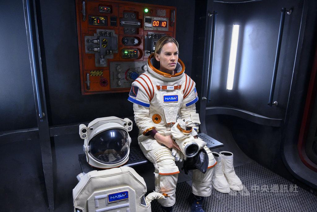 演員希拉蕊史旺(Hilary Swank)在科幻影集「遠漂」(Away)飾演美國太空人代表,必須遠離地球3年,率領全球最頂尖的太空團隊探索火星,為人類未來找出路。(Netflix提供)中央社記者葉冠吟傳真 109年8月11日