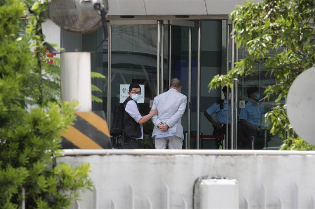 香港蘋果日報創辦人黎智英被扣上手銬,押送到蘋果日報大樓內協助查證。(讀者提供)中央社記者張謙香港傳真 109年8月10日