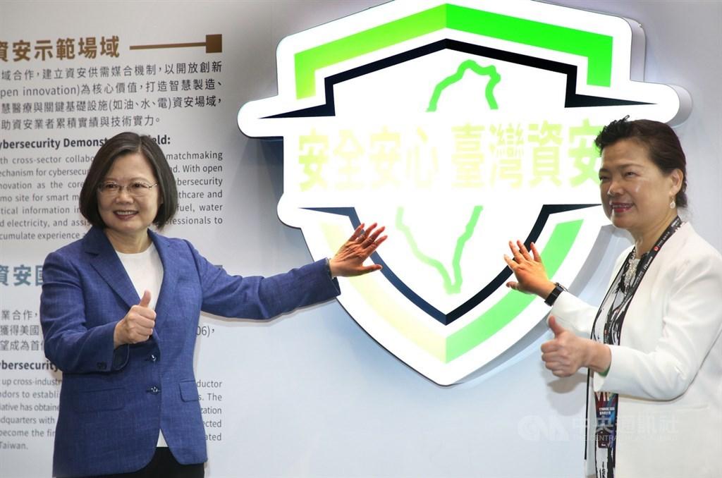 總統蔡英文(左)11日在經濟部長王美花(右)陪同下,在南港展覽館2館出席台灣資安大會開幕典禮,希望全國民眾共同提升資安防護意識,打造自製、互信、靈活、合作的全國數位防護網及世界級的資安產業。中央社記者鄭傑文攝 109年8月11日