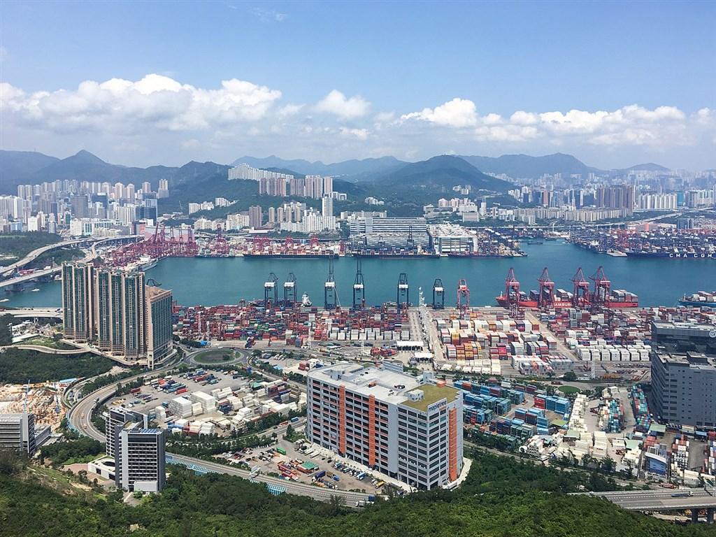繼美國7月撤銷香港特殊地位後,香港媒體報導,美方將公告出口至美國的香港製貨品9月25日起將標示為「中國製」。分析師說,長遠來看將傷害香港經濟。圖為香港葵青貨櫃碼頭。(圖取自維基共享資源;作者ystsoi,CC BY 2.0)