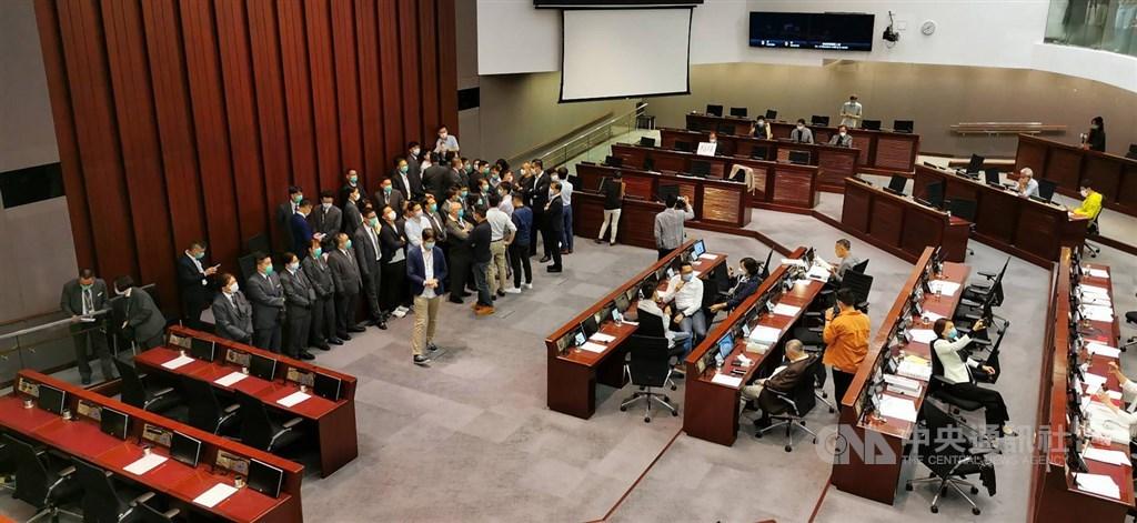 據港媒報導,中國全國人大常委會11日決議,香港立法會全體議員延任一年。圖為8日香港泛民主派和建制派議員8日在立法會爆發衝突。(中央社檔案照片)