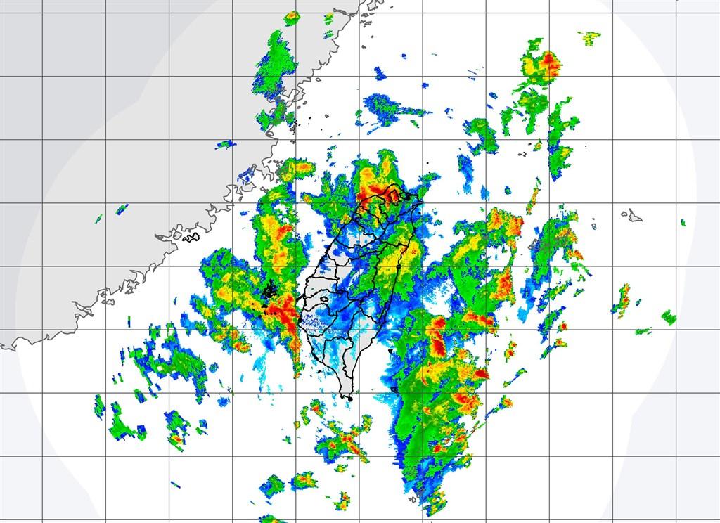 受到米克拉颱風及其外圍環流影響,中央氣象局11日對台北市、新北市等15縣市發出大雨或豪雨特報。(圖取自中央氣象局網頁cwb.gov.tw)