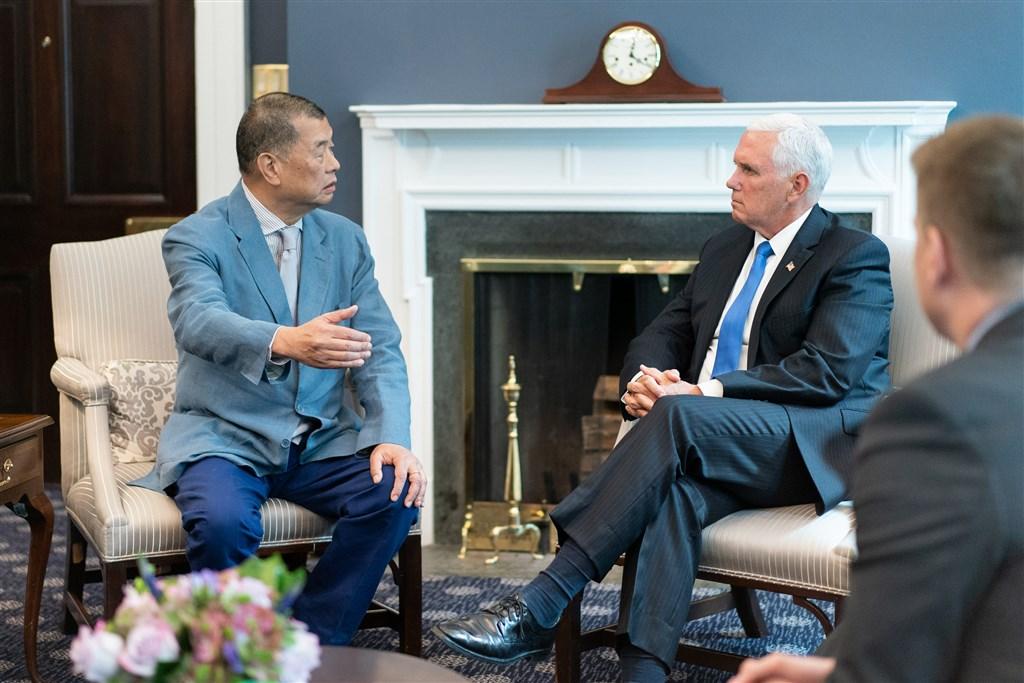 香港傳媒大亨黎智英(左)遭港警逮捕後,美國副總統彭斯(後右)10日在推特聲援表示,黎智英被捕是對全球熱愛自由人士的嚴重冒犯和侮辱。圖為2019年7月彭斯在華府接見黎智英。(圖取自twitter.com/Mike_Pence)