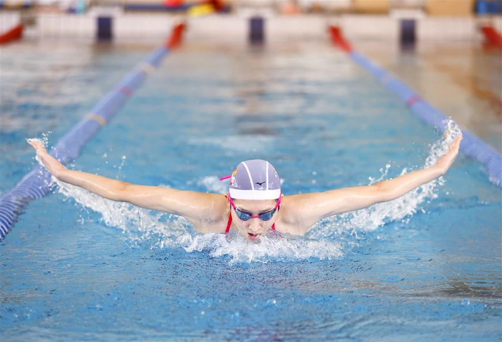 日本明星泳將池江璃花子2019年2月被診斷出罹患白血病,經過一年多治療和恢復訓練後,她本月將參加東京一場游泳比賽。圖為7月23日池江璃花子公開練習。(共同社)