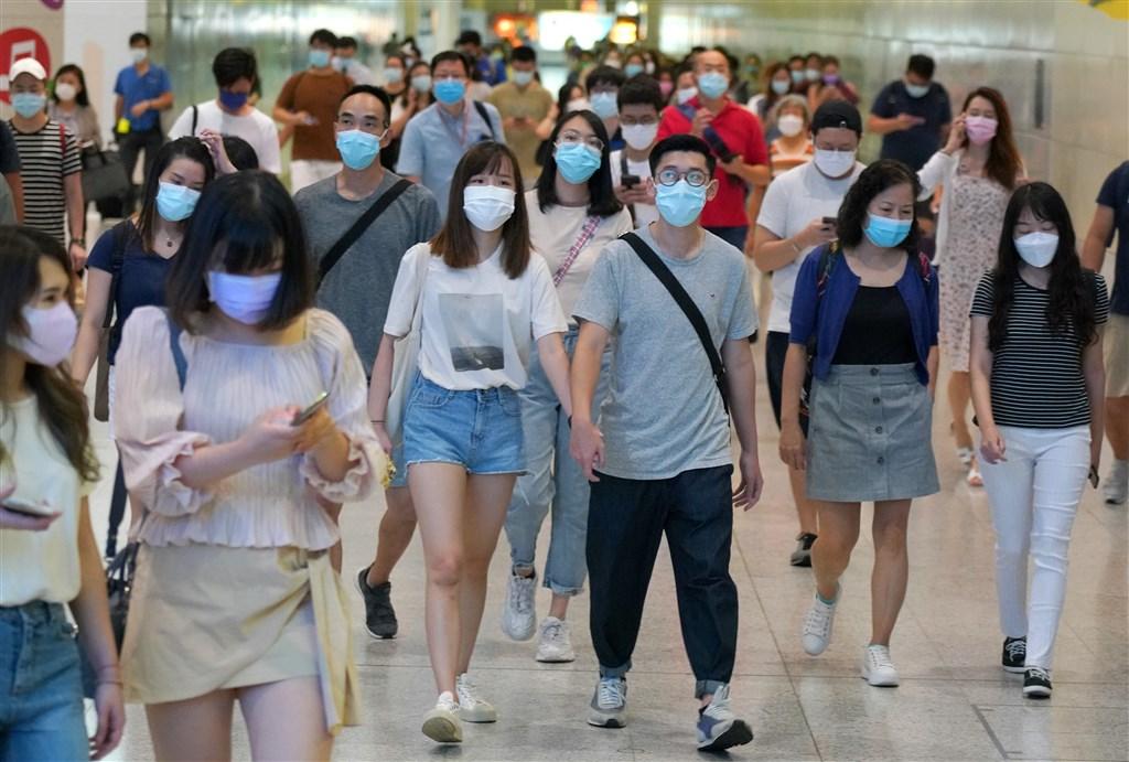 全球武漢肺炎染疫人數11日突破2000萬,鑒於新增確診人數不斷飆升,一些剛解除防疫措施的國家近期再度上緊發條。圖為7日香港市民戴口罩。(中新社)