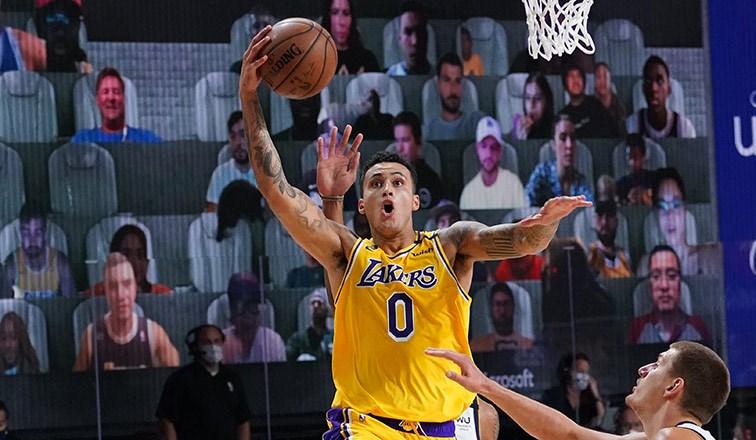 美國職籃洛杉磯湖人11日靠著庫茲馬(中)三分球絕殺,以124比121氣走丹佛金塊。(圖取自twitter.com/Lakers)