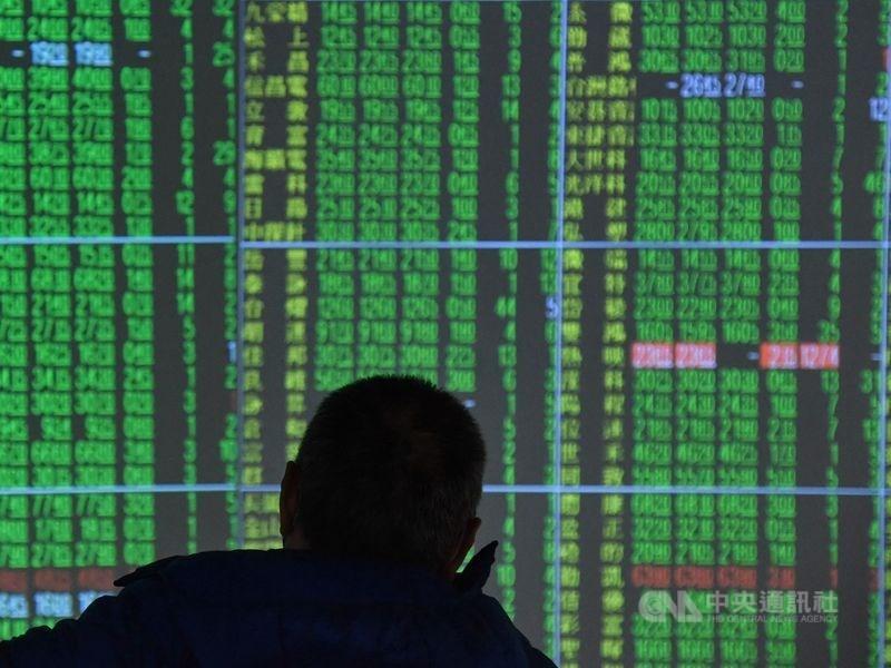 美股那斯達克指數下跌,台股11日開低震盪一度翻紅,但尾盤跌勢擴大,跌破12800點整數關卡。(中央社檔案照片)