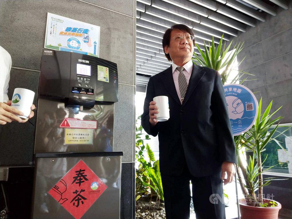 行政院環境保護署12日舉辦「奉茶行動-飲水地圖」記者會,環保署副署長蔡鴻德(圖)表示,台灣1年瓶裝水用掉10億瓶,排起來可以繞地球5.7圈,如能減少使用就能減少能源消耗、減少排碳。中央社記者張雄風攝  109年8月12日