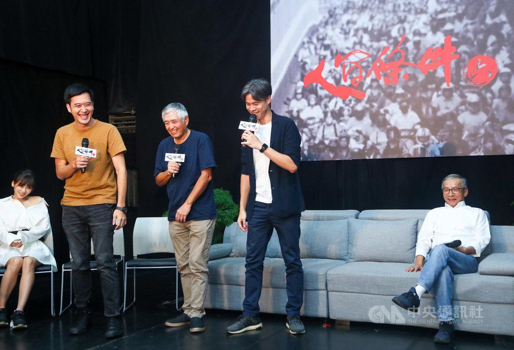 綠光劇團月底將推出「人間條件6─未來的主人翁」,編導吳念真(右)12日率領演員柯一正(左3)等出席記者會為戲宣傳。中央社記者王騰毅攝  109年8月12日