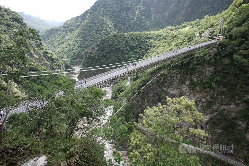 太魯閣國家公園最新景點山月吊橋,12日正式啟用,試營運期間每天開放4梯次共800人,採網路預約報名。中央社記者張祈攝  109年8月12日