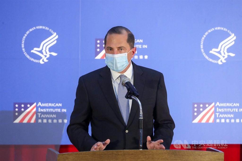 美國衛生部長艾薩(Alex Azar)率團訪台,11日下午赴台大公衛學院發表公開演說,肯定台灣在全球COVID-19疫情中,以「台灣模式」在公共衛生方面展現實力與成就。中央社記者裴禛攝 109年8月11日