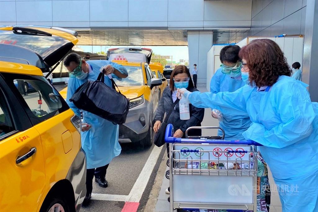 依據中央流行疫情指揮中心規範,菲律賓入境者12日起全面到集中檢疫所檢疫14天,上午來台的菲律賓航空班機只有3名旅客,在填寫資料及採檢後,搭乘機場防疫計程車前往指定集中檢疫所。中央社記者吳睿騏桃園機場攝 109年8月12日