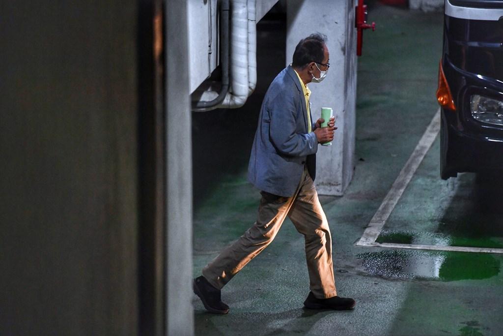 台北地院12日認定立委陳超明辦公室主任梁文一有串證之虞等,裁准羈押禁見。圖為4日台北地院裁定陳超明羈押禁見,晚間陳超明步上囚車。(中央社檔案照片)